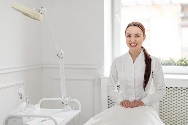 Mujer esteticista en la clínica