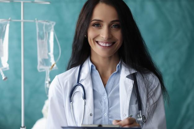 Mujer con estetoscopio en el cuello