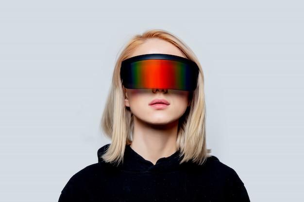 Mujer de estilo en concepto gafas vr en pared blanca