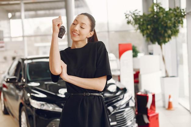 Mujer con estilo y elegante en un salón del automóvil