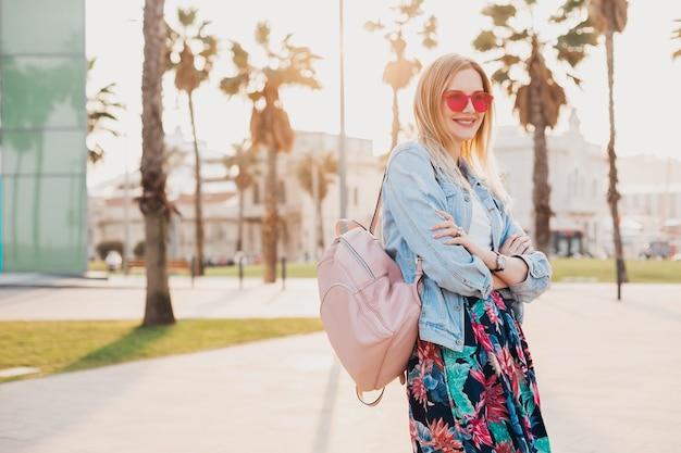 Mujer en estilo de verano caminando en la calle