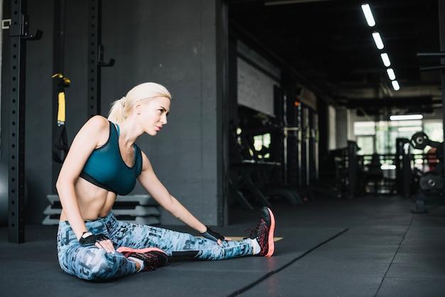 Mujer, estiramiento, gimnasio