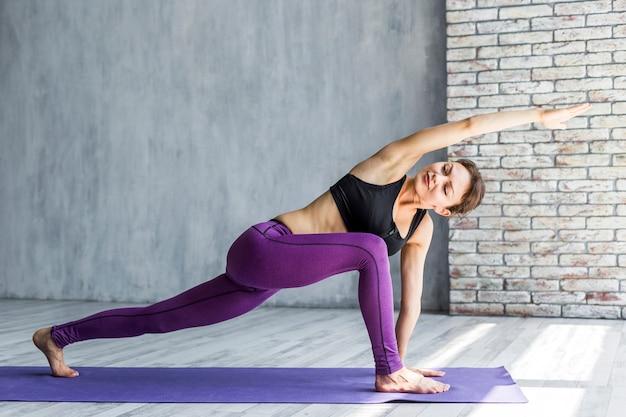 Mujer estirando al frente con el brazo extendido