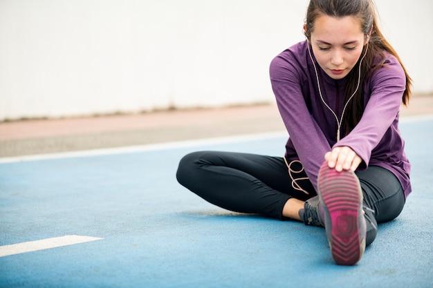 Mujer estirando antes del ejercicio