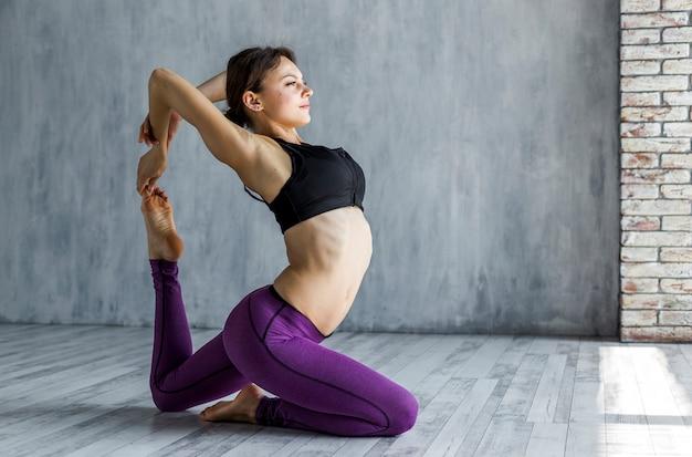 Mujer estirando su espalda