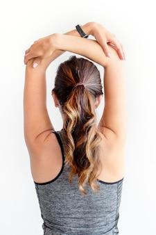 Mujer estirando sus brazos antes del entrenamiento