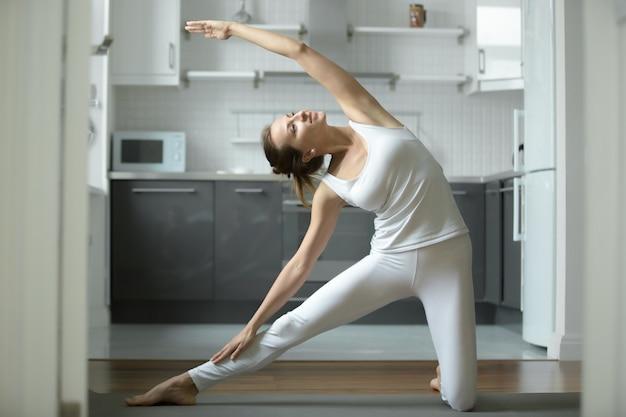 Mujer, estirar, puerta, ejercicio