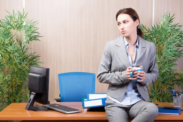 Mujer bajo estrés trabajando en la oficina.