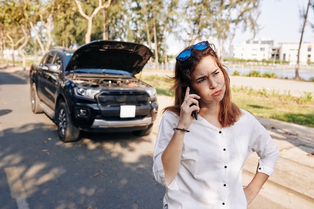 Mujer estresada llamando mecánico
