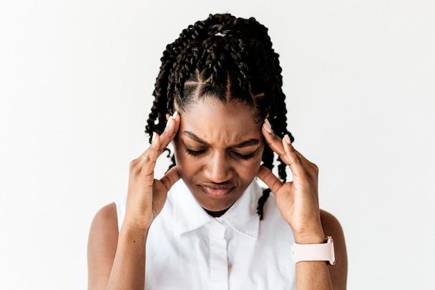 Mujer estresada tocando su cabeza