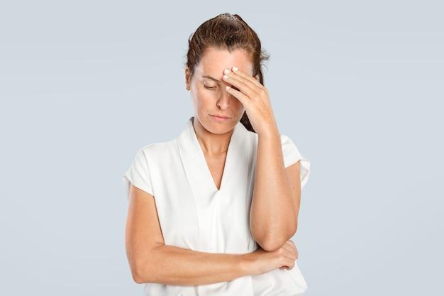 Mujer estresada tocando su frente