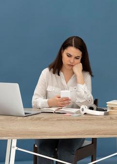 Mujer estresada trabajando en equipo portátil