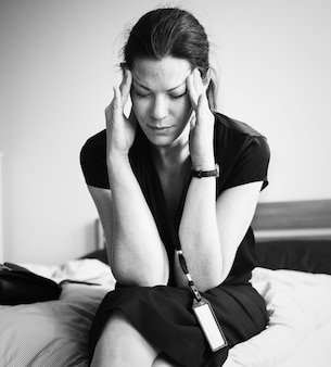Una mujer estresante sola en una habitación.