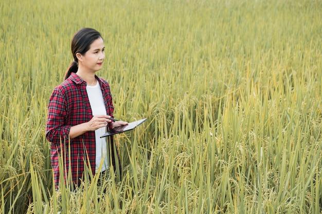 Mujer estudiando diferentes plantas con espacio de copia