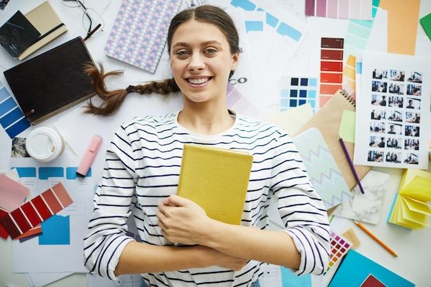 Mujer estudiante alegre