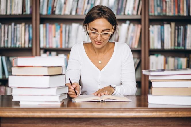 Mujer estudiante estudiando en la biblioteca