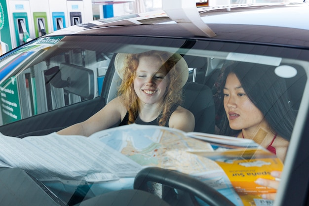 Mujer, estudiar, camino, mapa, sentado, en coche