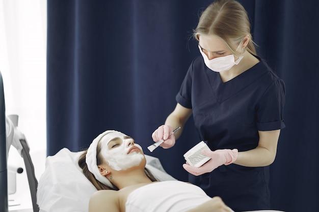 Mujer en estudio de cosmetología en procedimientos