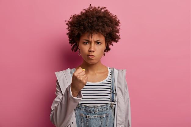 Mujer étnica de aspecto serio estricto enojado exige algo