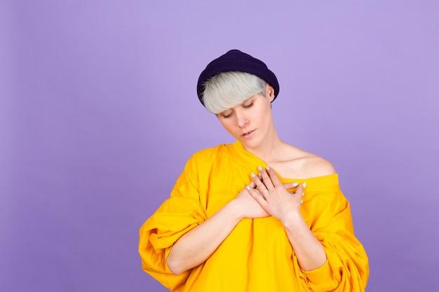 Mujer europea con estilo en la pared púrpura