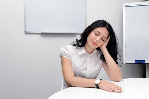 Mujer con exceso de trabajo en la sala de reuniones