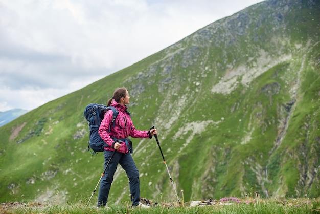 Mujer excursionista en las montañas de rumania