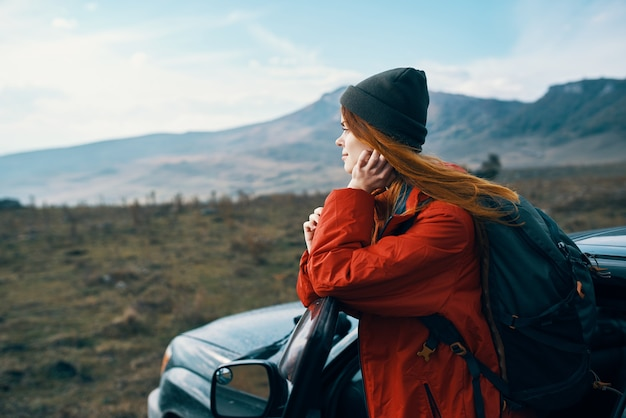 Mujer excursionista viaje mochila coche montañas paisaje