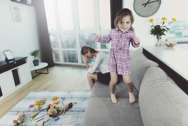 La mujer está exhausta y ya no puede tolerar a los niños.