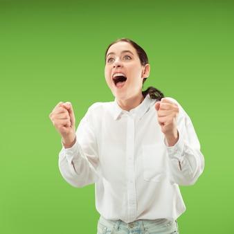Mujer de éxito ganadora feliz extática celebrando ser un ganador