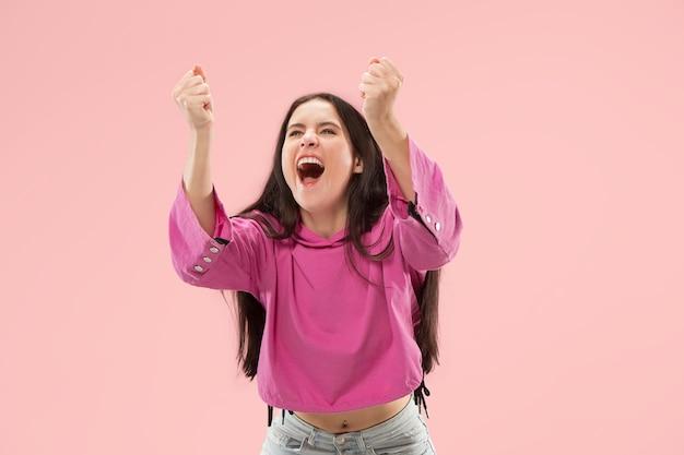 Mujer de éxito ganadora feliz extática celebrando ser un ganador.