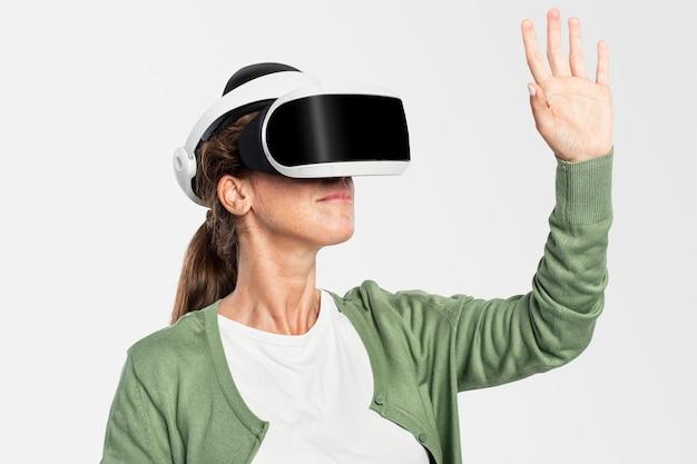 Mujer experimentando tecnología de entretenimiento vr
