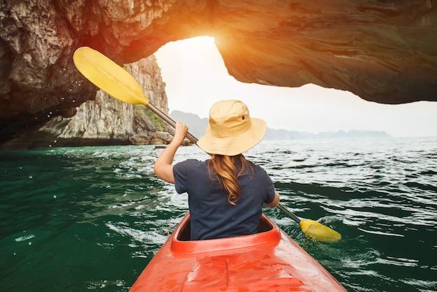 Mujer explora la bahía de ha long en kayak