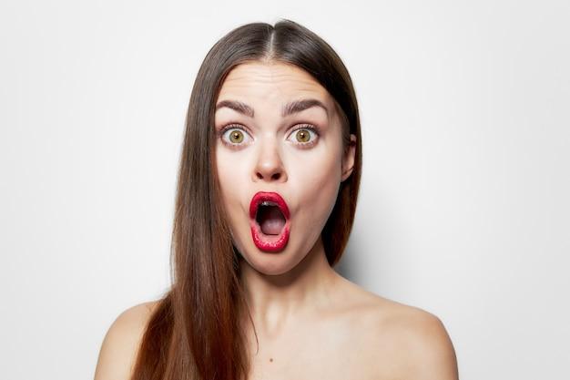 Mujer con expresión facial sorprendida con la boca abierta hombros desnudos