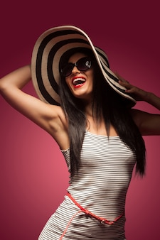Mujer de expresión en pared rosa
