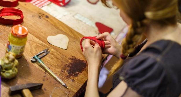 Mujer fabricando carteras