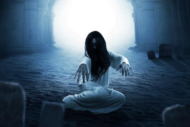 Mujer fantasma aterradora arrastrándose. concepto de halloween