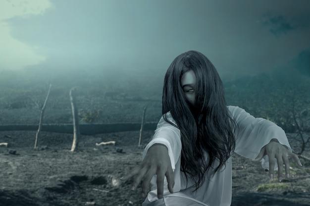 Mujer fantasma aterradora arrastrándose con escena nocturna