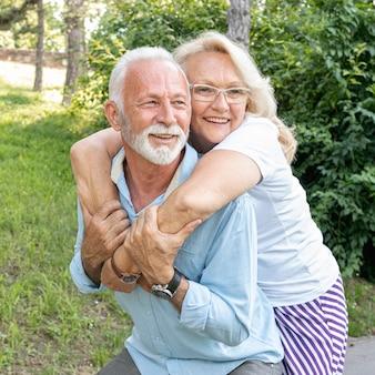 Mujer feliz abrazando al hombre por detrás