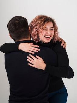 Mujer feliz abrazando a hombre para san valentín