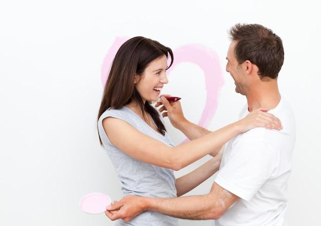 Mujer feliz abrazando a su novio después de dibujar un corazón