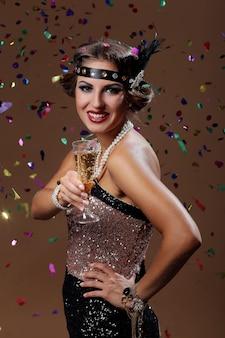 Mujer feliz aclama con fondo de confeti