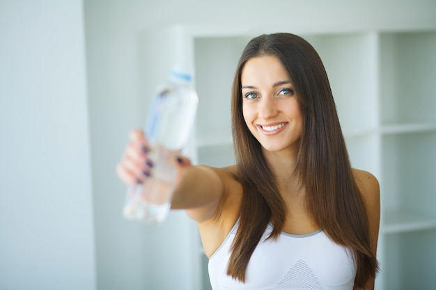 Mujer feliz agua potable. bebidas