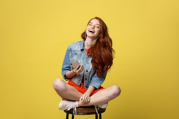 Mujer feliz en auriculares escuchando música y cantando