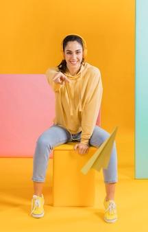 Mujer feliz con un avioncito de papel