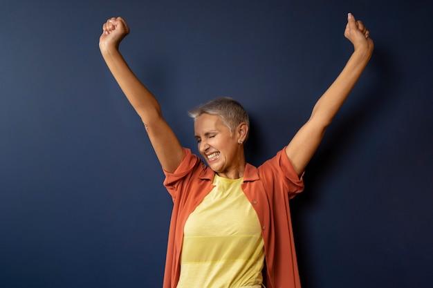 Mujer feliz bailando tiro medio
