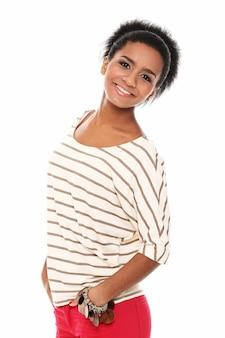 Mujer feliz en blusa rayada
