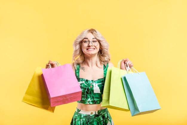 Mujer feliz con bolsas de la compra