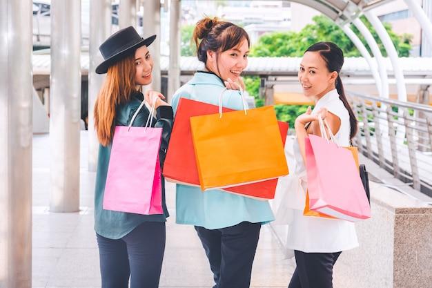 Mujer feliz con los bolsos de compras que goza en compras. compras de mujeres, concepto de estilo de vida