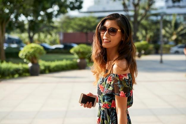 Mujer feliz caminando en día de verano
