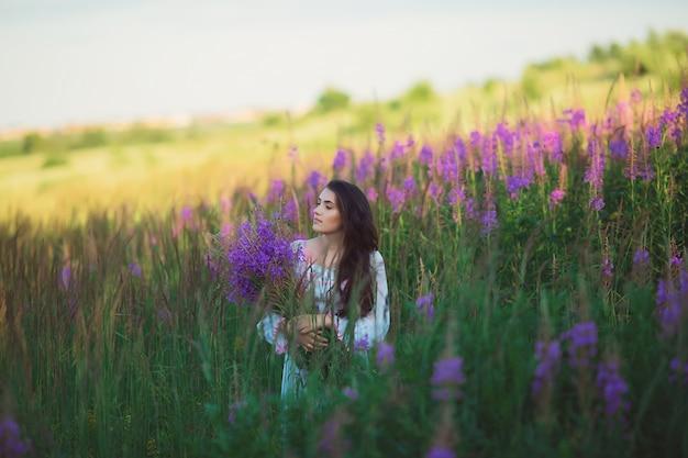 Mujer feliz en el campo, posando